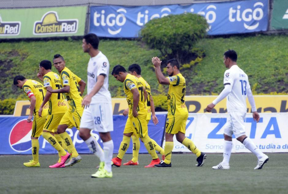 Mario Castellanos, con los brazos arriba anotó el primer tanto del partido, el miércoles pasado le convirtió dos goles a Municipal. (Foto: Nuestro Diario)