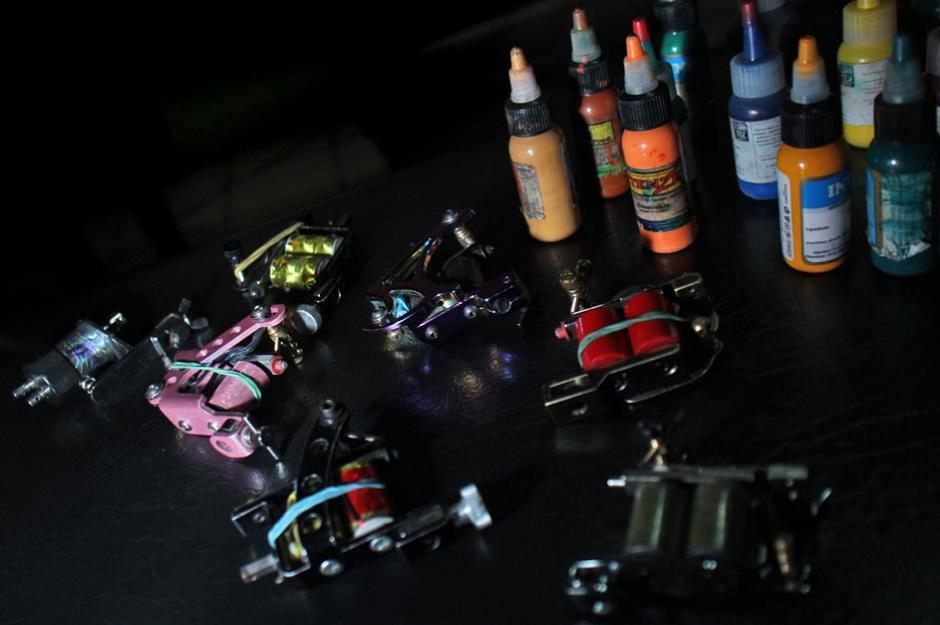 Todos los productos y maquinaria utilizados para tatuar son de importación. (Foto: José Dávila/Soy502)