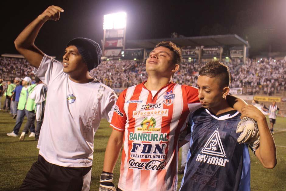Robin Betancourt, de Heredia, fue el héroe de la noche. Tuvo que asumir la portería, tras la expulsión del guardameta y estuvo a punto de frustrar la noche blanca. (Foto: José Dávila/Soy502)