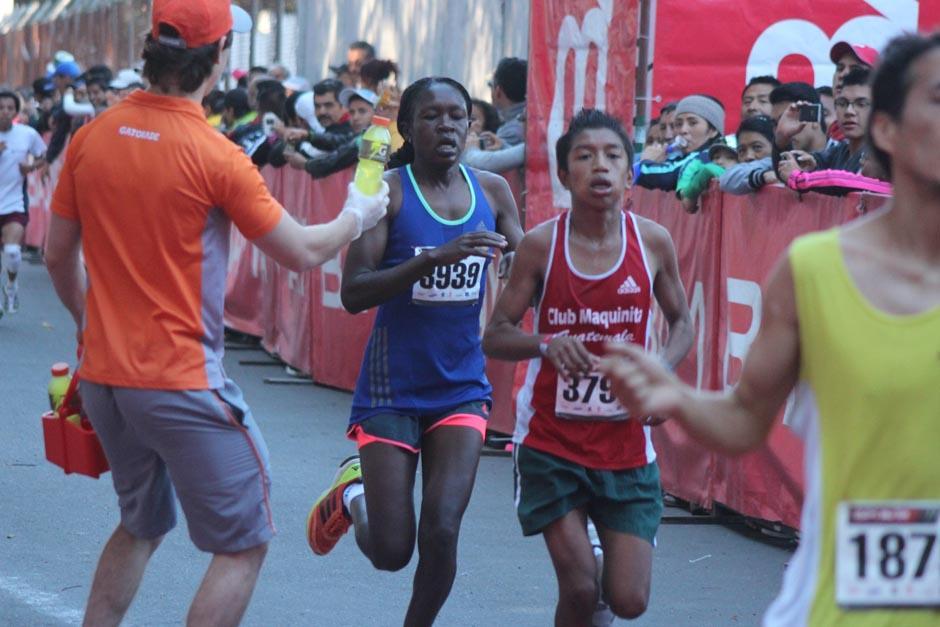 La keniana Emily Chepkorir fue la primera mujer en cruzar la línea de meta de la Max Tott. (Foto: José Dávila/Soy502)