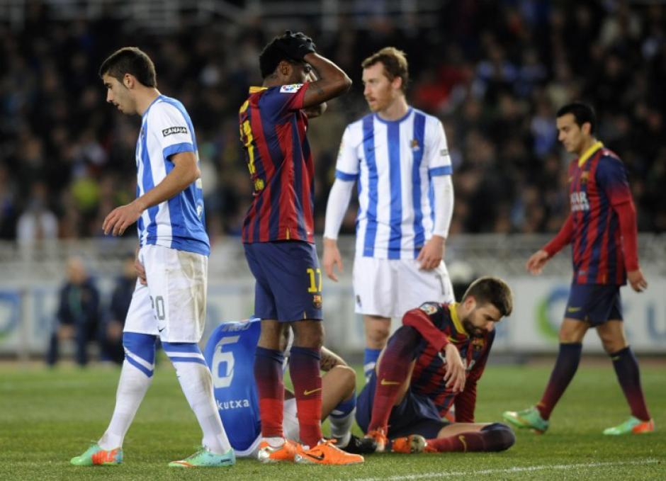 Song y Piqué lucen desconsolados durante el juego entre la Real Sociedad y el Barcelona. (Foto: AFP)