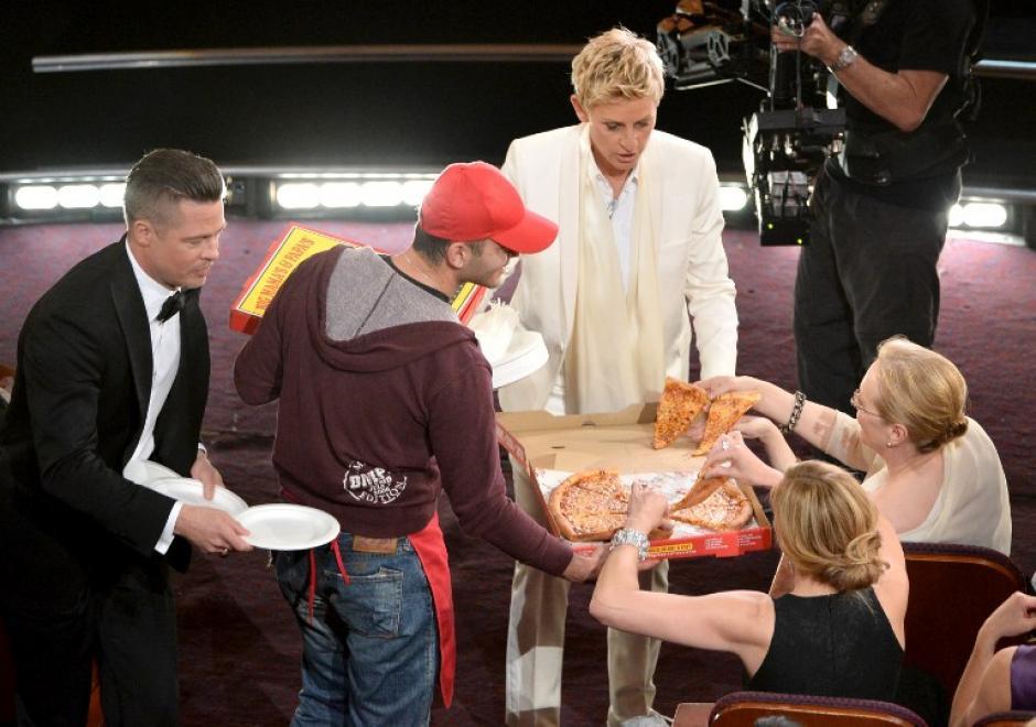 Luego de aununciar que iba a pedir pizza, apareció el repartidor con esas gigantes cajas y Ellen bajó otra vez del escenario para ir en busca de un par de colaboradores: Brad Pitt y Kevin Spacey,