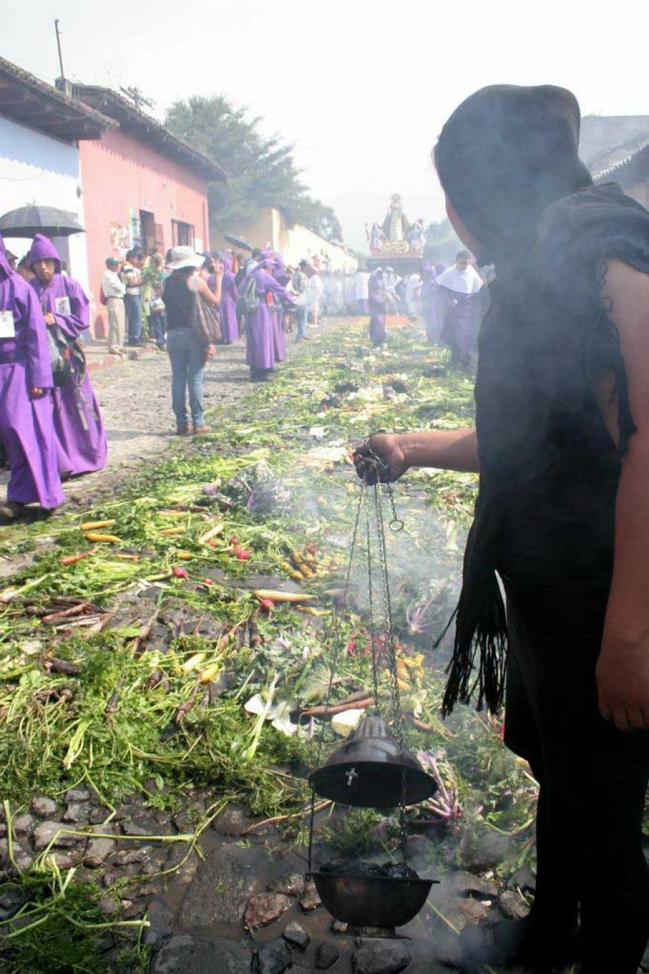 Cucuruchos, devotas cargadoras y turistas se hicieron presentes al paso de la procesión.(Foto: Raúl Illescas/Especial para Soy502)