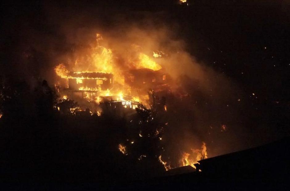 Con el transcurso de las horas, el siniestro se tornó incontrolable y alcanzó a dos cerros de los más de 40 que conforman Valparaíso. (Foto: EFE)