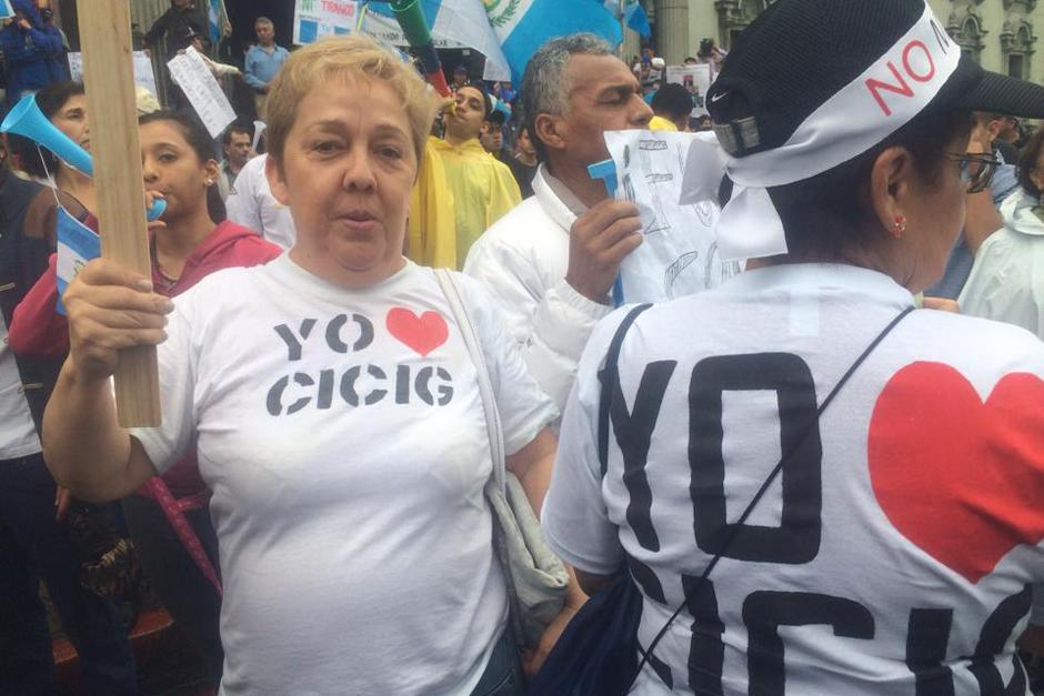 Los guatemaltecos que llegaron al Parque Central la tarde del sábado 15 de agosto mostraron su apoyo a la CICIG. (Foto: Luis Barrios/Soy502)
