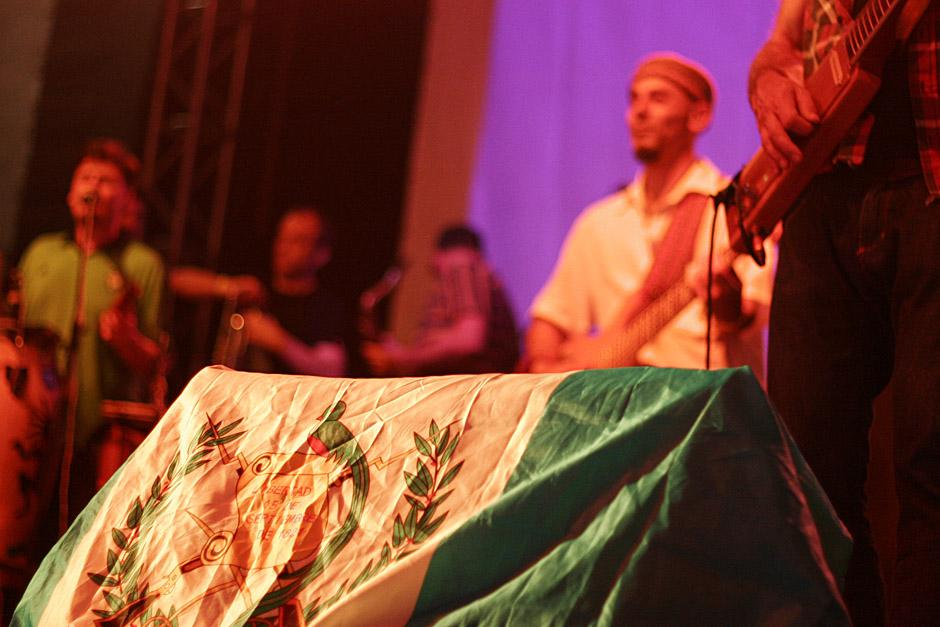Una bandera de Guatemala acompañó sobre el escenario la presentación de la banda argentina Nonpalidece. (Foto: José Dávila/Soy502)
