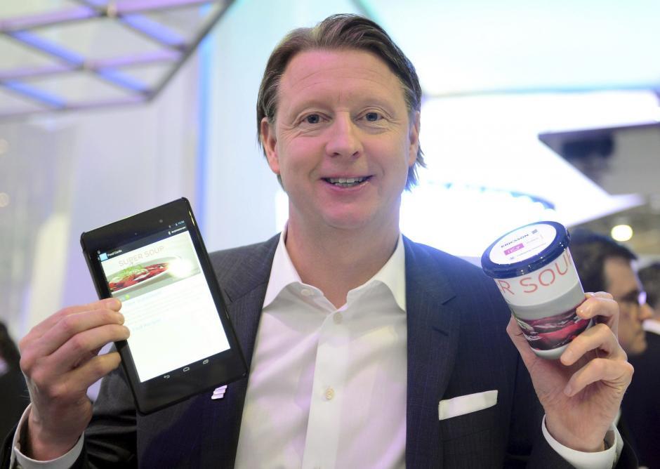 El consejero delegado de Ericsson, Hans Vestberg, posa con una taza con un sensor capaz de enviar información a los teléfonos móviles de última generación. (Foto: EFE/Britta Pedersen)