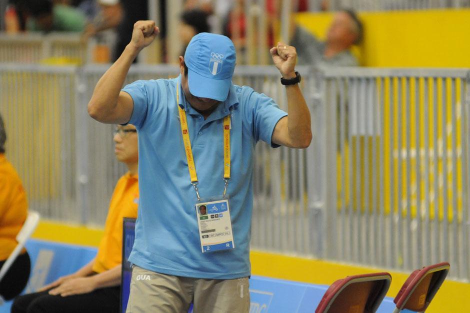 José María Solis, entrenador de Cordón, celebra tras la victoria ante el estadounidense