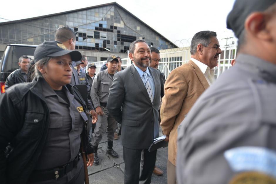 El exministro de Gobernación, Mauricio López Bonilla a su llegada a la Torre de Tribunales.  (Foto: Wilder López/Soy502)