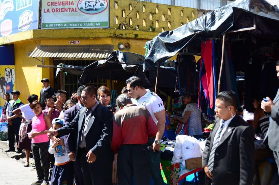 Neto Bran instaló una oficina improvisada en el mercado La Providencia. (Foto: Municipalidad de Mixco)