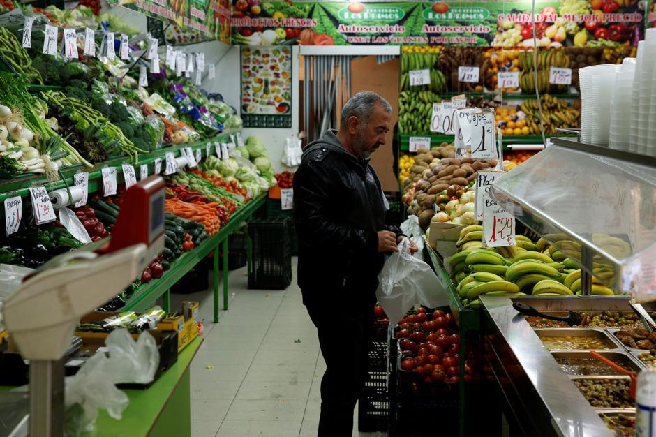 Osama va al mercado en busca de alimentos para su hogar, mientras practica su vocabulario con los comerciantes. (Foto: Infobae)