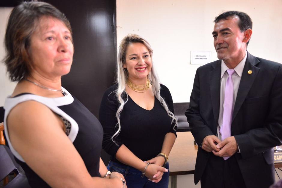 Cynthia Cardona sonríe durante un receso en el Tribunal Quinto de Sentencia. (Foto: Jesús Alfonso/Soy502)