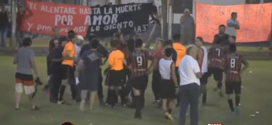 Los jugadores y aficionados del club Sarmiento agreden brutalmente al árbitro. (Foto: Captura de video)