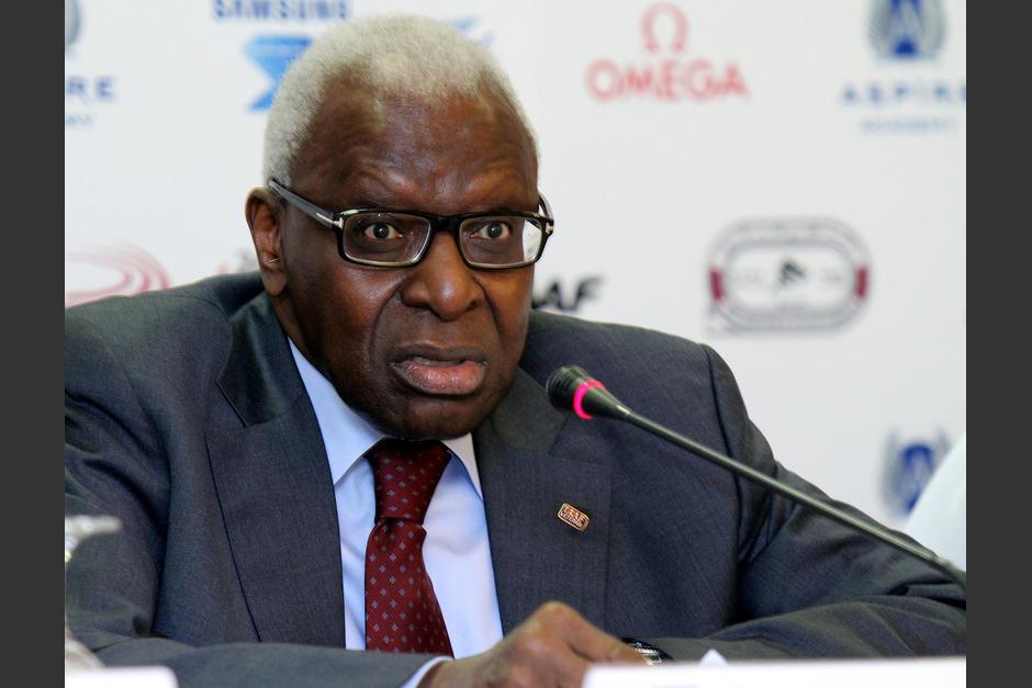 Lamine Dieck deja esu cargo como presidente de la Federación Mundial de Atletismo en medio de un gran número de caso de depajes