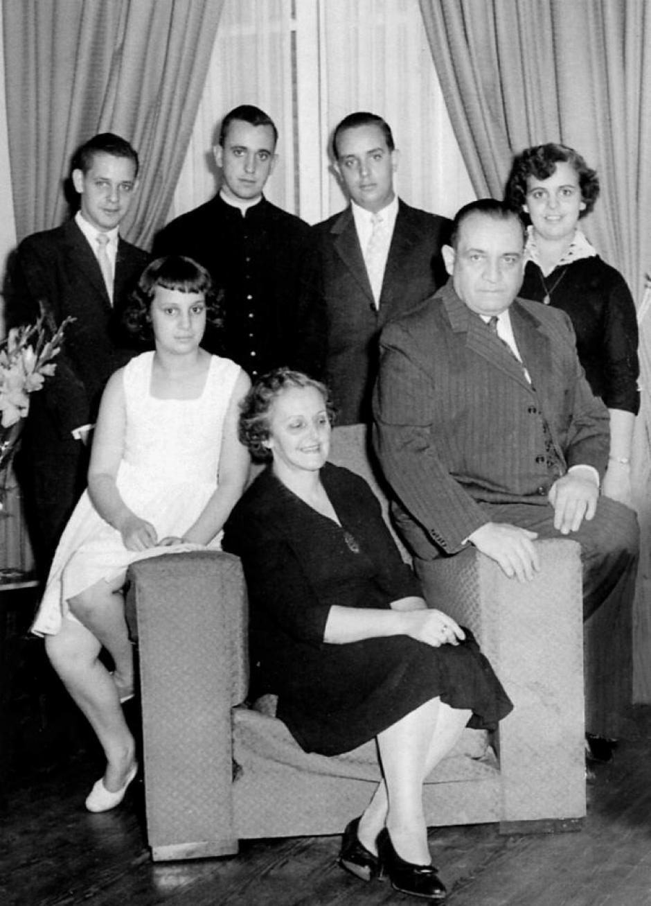 En un retrato de familia, con sus padres y sus cuatro hermanos en 1964 ya ordenado como sacerdote.