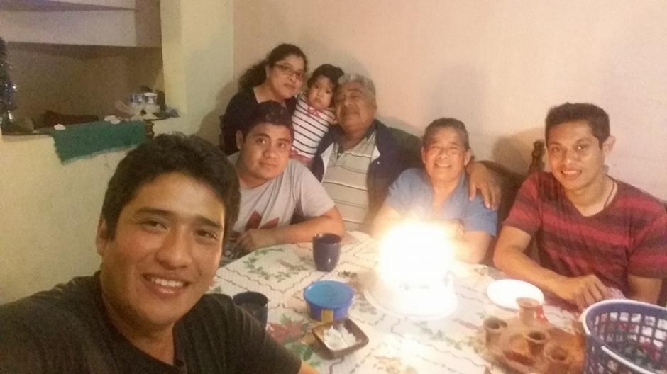 Kevin Ávila comparte junto a su familia. (Foto: Kevin Ávila)