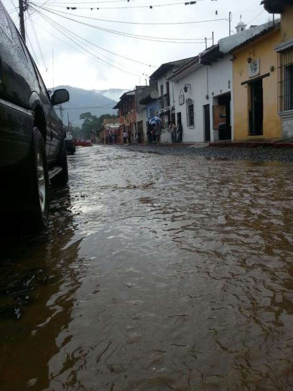 Varias calles de Antigua se inundan con frecuencia con las copiosas lluvias. (Foto: Archivo)