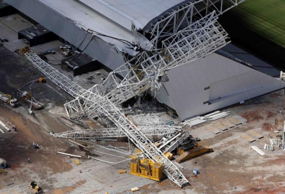 El Arena Corinthians en Sao Paulo, será el estadio inaugural, pero al momento su construcción tiene retrasos e incluso ya sucedió un accidente que cobró la vida de dos trabajadores. (Foto: EFE)