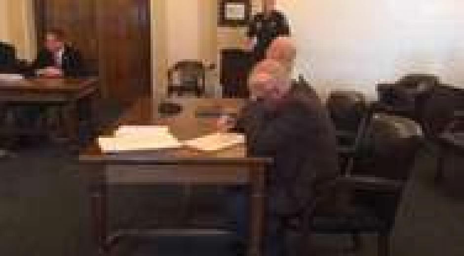 El hombre se enfureció al escuchar el veredicto. (Captura de pantalla: nydailynews)
