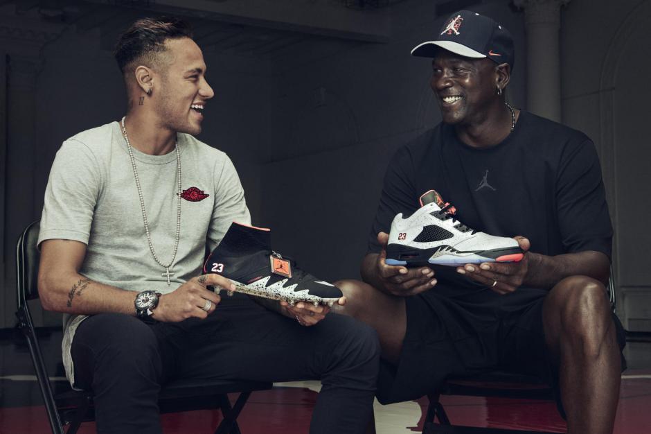 Neymar recibió sus nuevos zapatos de manos de Michael Jordan. (Foto: Nike)