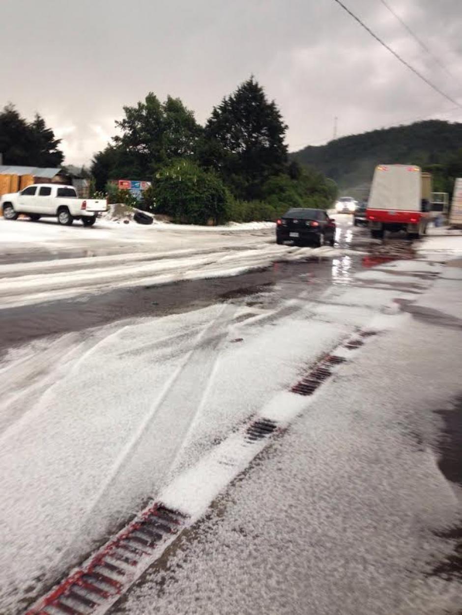 Las carreteras quedaron llenas de granizo. (Foto: Hugo Barrios)