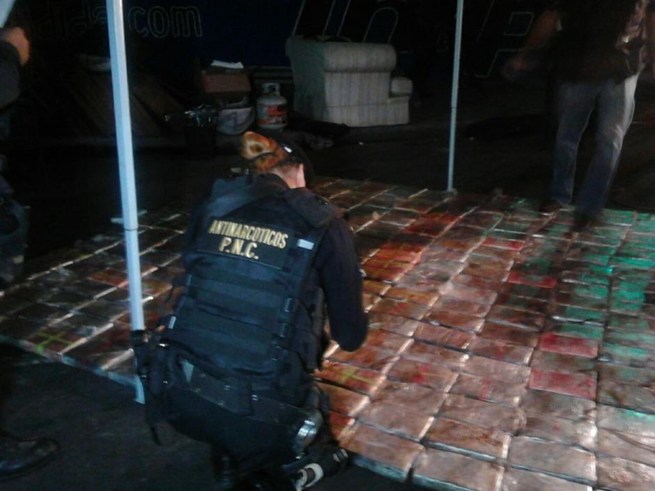 Localizan paquetes con droga en el interior de un camión en la ruta al pacífico. (Foto: PNC)