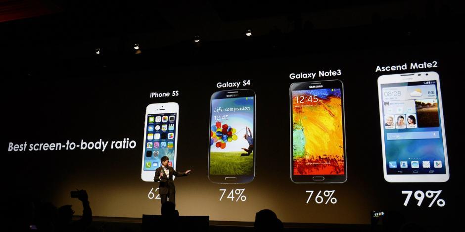 El director ejecutivo de Huawei Consumer Business Group, Richard Yu, compara las características del nuevo smart phone Huawei Ascend Mate2 4G con otros modelos populares. (Foto: EFE/Michael Nelson)