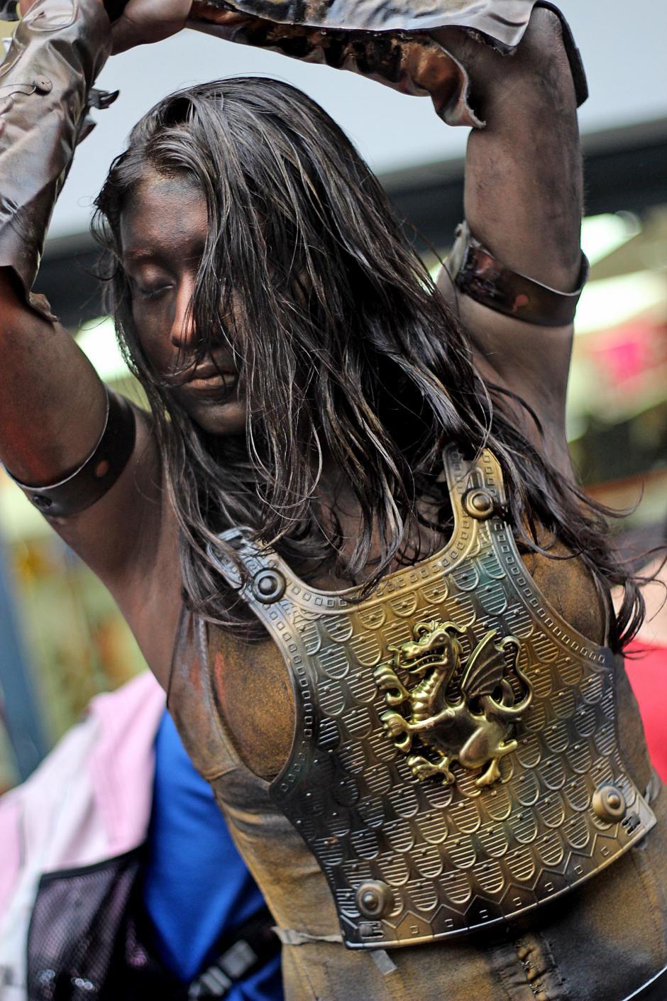 Estatua de Xena la princesa guerrera elevando su espada.