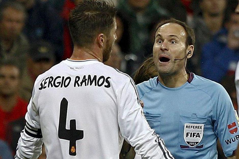 Sergio Ramos, capitán del Real Madrid, discute con el árbitro central Mateu Lahoz.