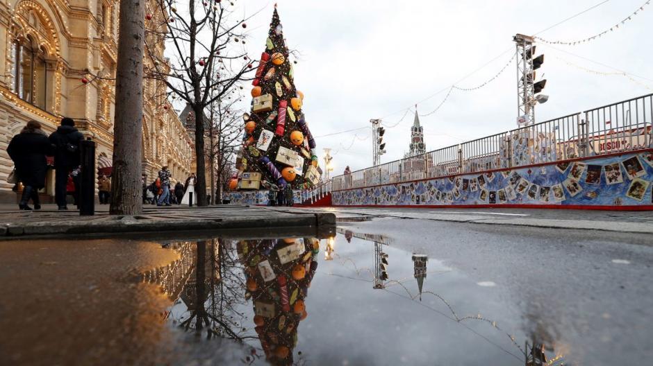 Este árbol adorna la Plaza Roja de Moscú, Rusia. (Foto: EFE)