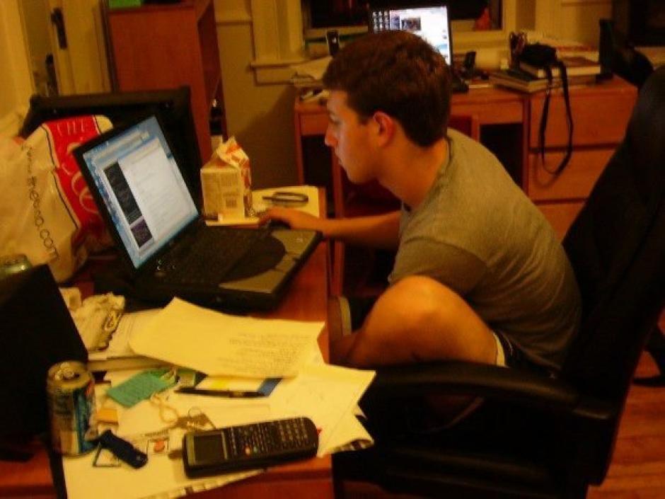 """En 2003 Mark Zuckerberg en su segundo años de universidad creó un programa llamado """"Face mash"""". (Foto: businessinsider.com)"""