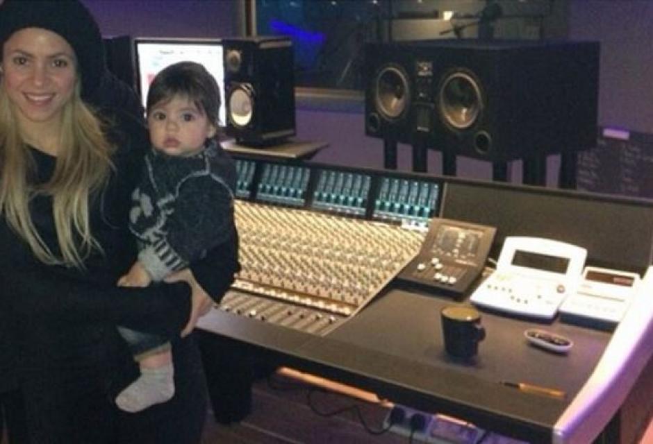En el estudio de grabación acompañando a su mamá Shakira.