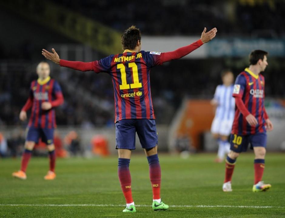 Neymar levanta los brazos al sentirse perdido dentro del juego. (Foto: AFP)