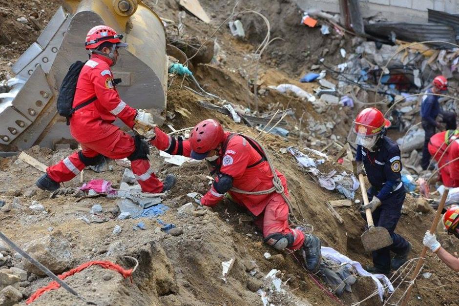 El mal terreno hace necesario que el apoyo entre rescatistas sea indispensable. (Foto: Soy502/Wilder López)