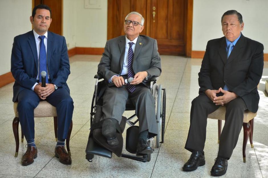 Jimmy Morales, presidente recién electo, Alejandro Maldonado Aguirre y Juan Alfonso Fuentes Soria, presidente y vicepresidente de la República, durante la conferencia de prensa. (Foto: Jesús Alfonso/Soy502)