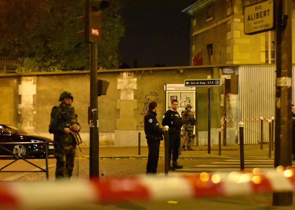 Agentes de la policía patrullan en las cercanías de uno de los blancos de los ataques terroristas que dejaron más de 100 víctimas mortales. (Foto: EFE)