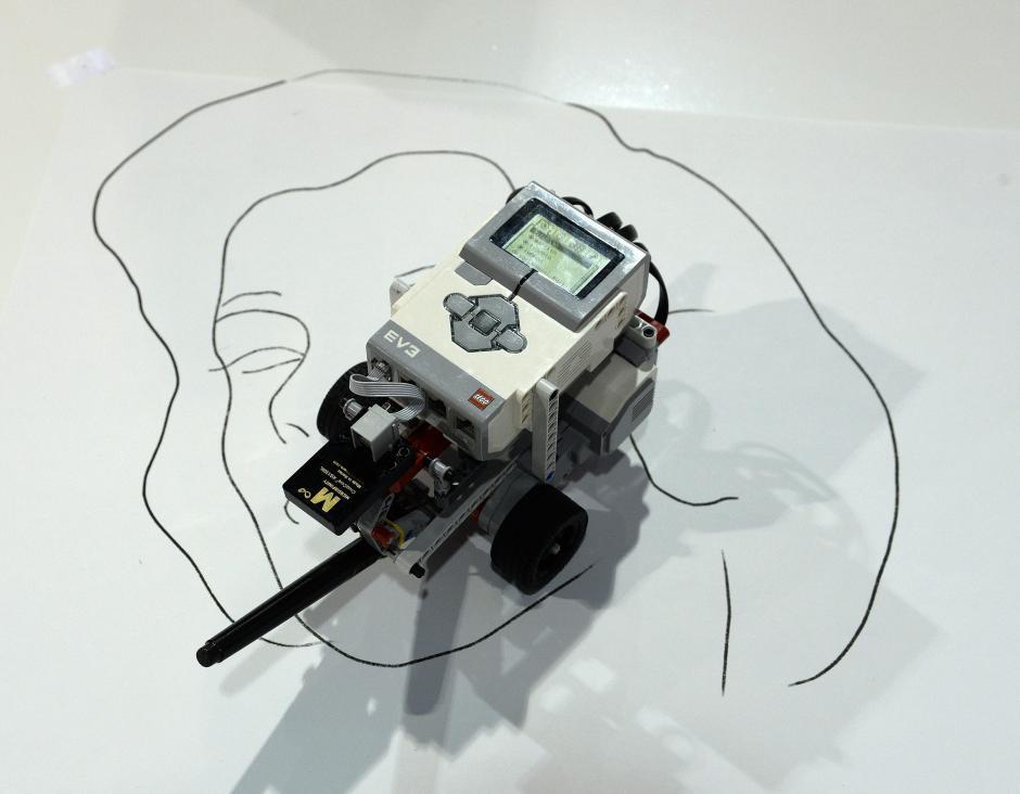 Vista del procesador Microinfinity Digital Gyroscope CruizCore XG 1300L que se utiliza en este robot para dibujar unos retratos programados, en la Feria Internacional CES. (Foto: EFE/Michael Nelson)