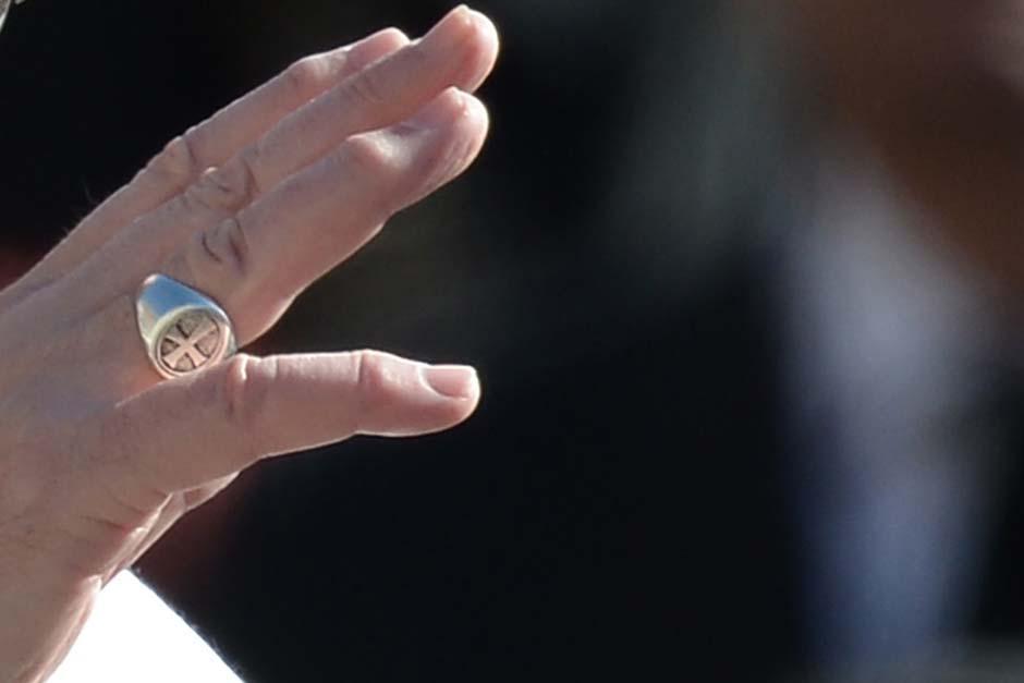 El anillo del pescador que es usado por los pontífices y que fue entregado al papa, no fue de oro a petición propia.