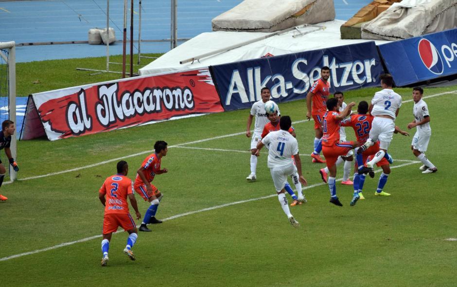 De cabeza Matías Giammalva anotó su primer gol en Guatemala. (Foto: Imer Lucero/Nuestro Diario)
