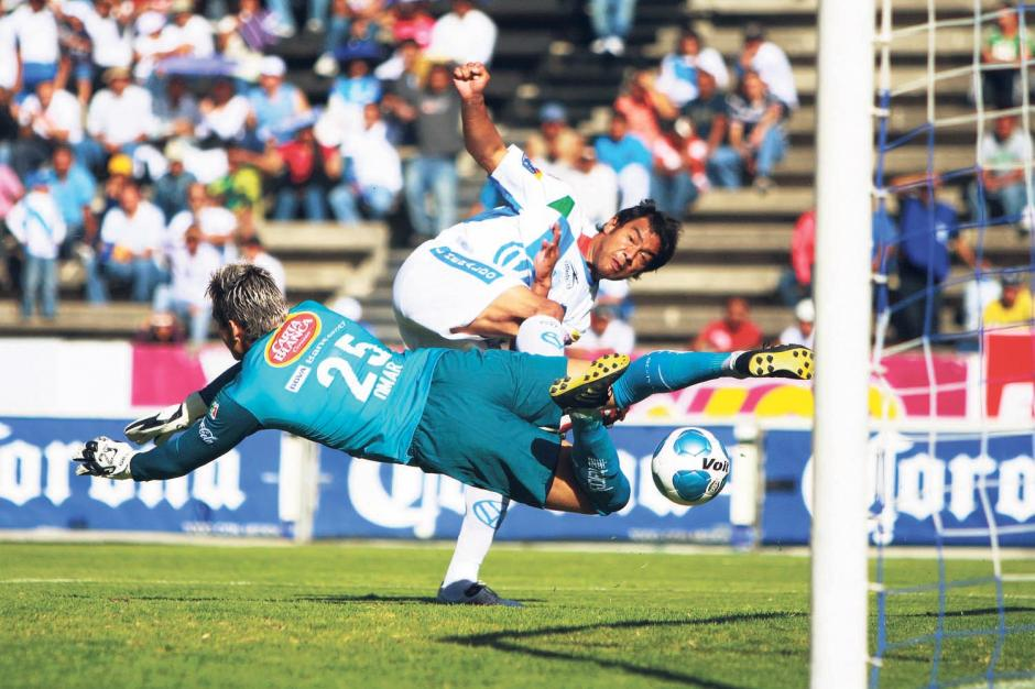 En la temporada 2009-2010 el ariete nacido en la zona 21, jugó con el Puebla mexicano, donde anotó 11 goles.(Foto: Archivo Nuestro Diario)
