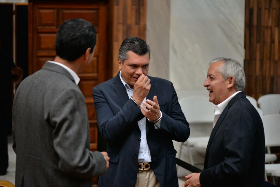 Pérez Molina dialogó con su exsecretario privado Gustavo Martínez y con Rudy Gallardo.  (Foto: Wilder López/Soy502)