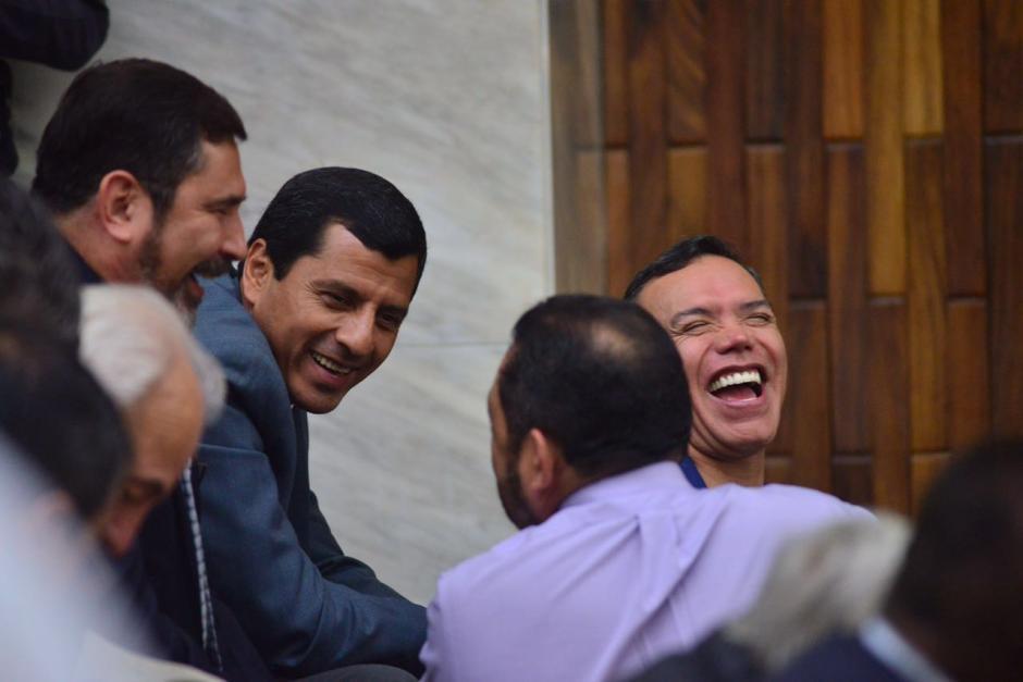 Los sindicados conversan y se ríen previo a que inicie el segundo día de audiencia de primera declaración. (Foto: Jesús Alfonso/Soy502)