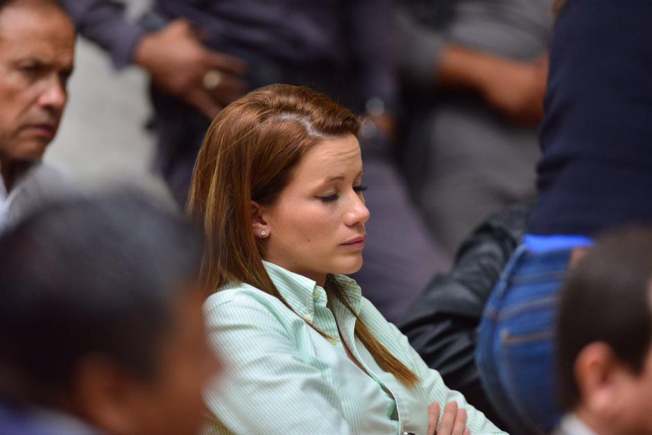 Daniela Beltranena descansa mientras inicia el quinto día de audiencia por el caso Cooptación del Estado. (Foto: Jesús Alfonso/Soy502)