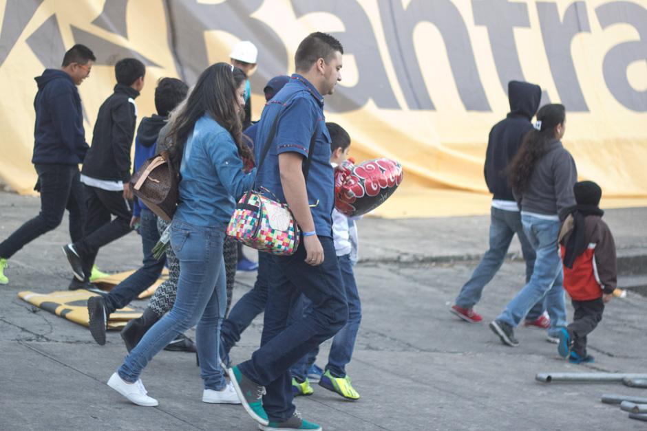 Ambos salieron del palco rumbo a la gramilla, donde compartieron un rato. (Foto: José Dávila/Soy502)