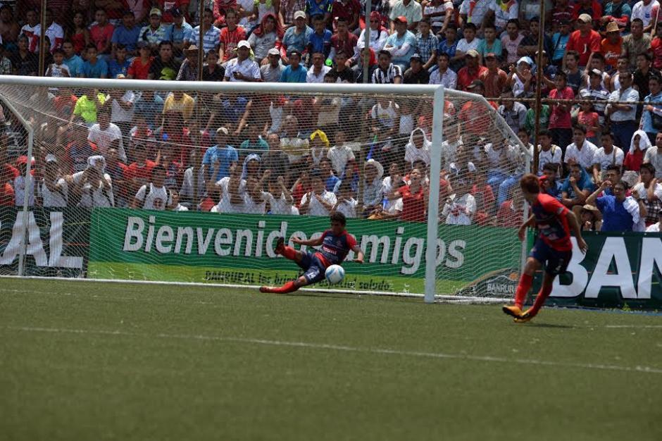 Sánchez Laparra salvó de la línea en dos ocasiones el gol de Suchi. (Foto: Nuestro Diario)