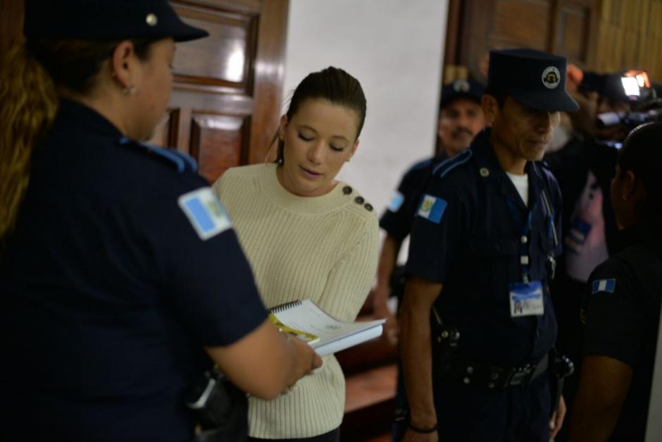 Daniela Beltranena llevó varios documentos para la continuación de la audiencia. (Foto: Wilder López/Soy502)