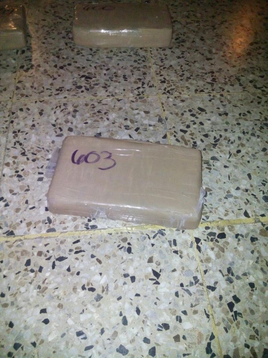 Según las pruebas de campo, los paquetes contienen cocaína. (Foto: PNC)