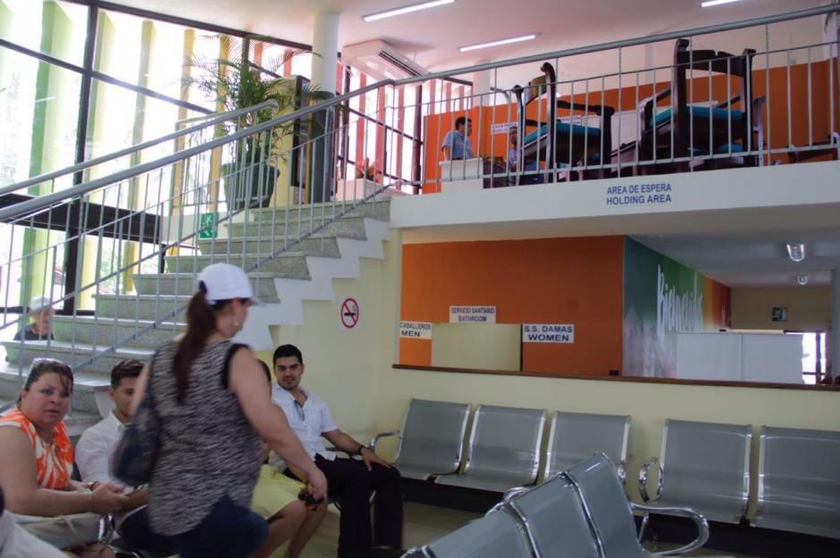 En estas salas se esperan los vuelos que regresan a Guatemala el domingo en la tarde. (Foto: Fredy Hernández/Soy502)