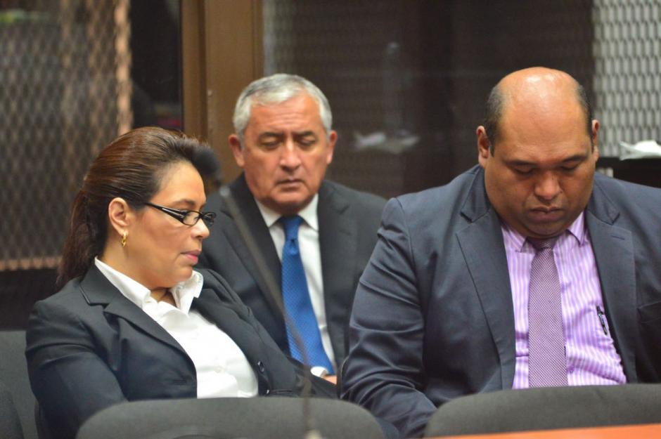 Otto Pérez, Roxana Baldetti y el abogado Benjamín Estrada esperan el inicio de la audiencia. (Foto: Jesús Alfonso/Soy502)
