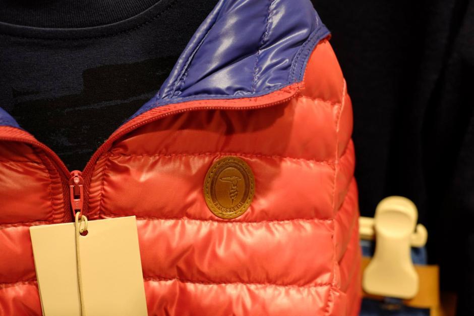 El distintivo de las marca sobre las prendas. Foto Trussardi